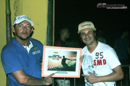 homenageados na noite em que o Surf e o Reggae tem Tudo a Ver A festa aconteceu no Reggae Club a casa de shows mais surf da cidadeJocildo Andrade e Carlinhos com o trofeu da Marca mais su